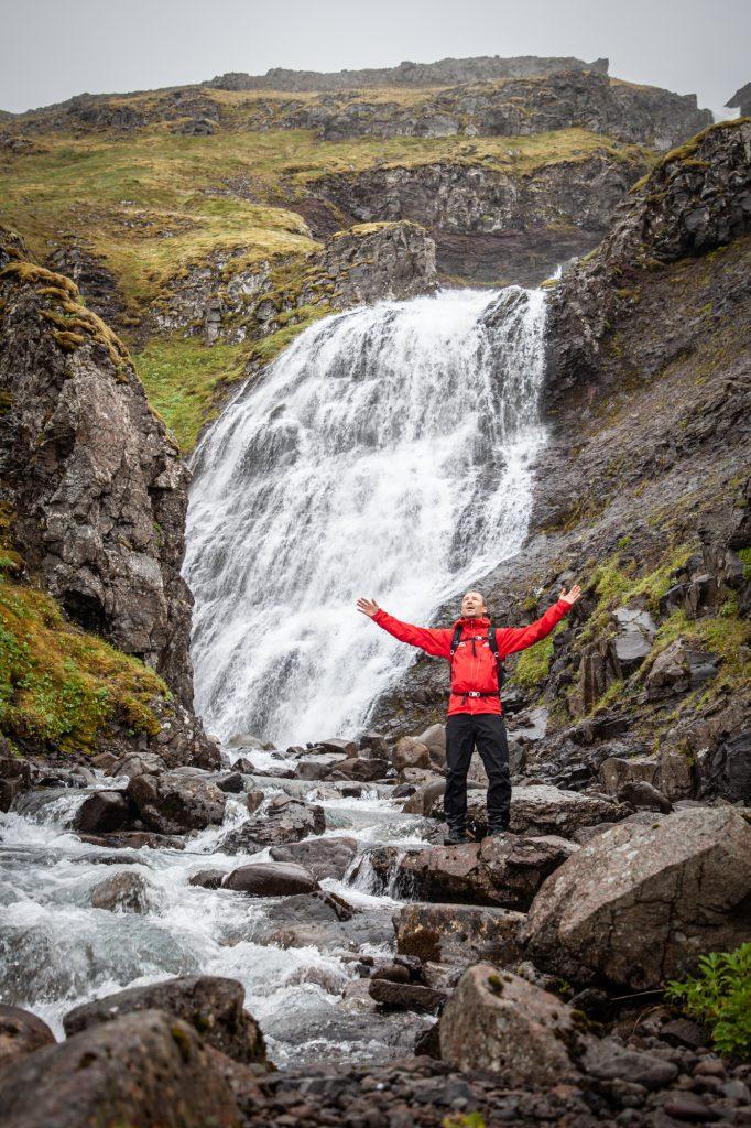 Hombre saludando feliz catarata